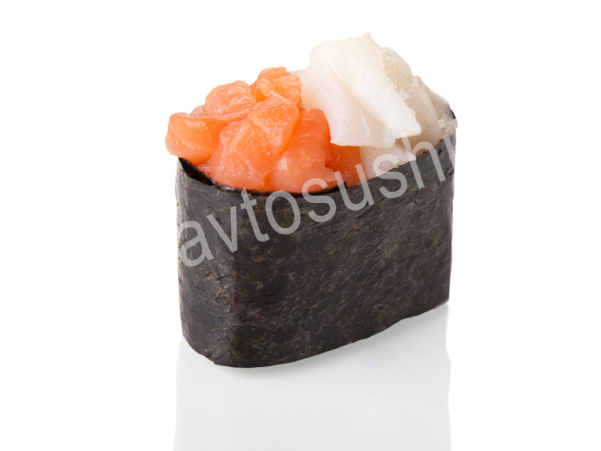 Гункан с лососем и кальмаром
