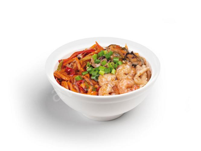 Яичная лапша с морепродуктами и овощами