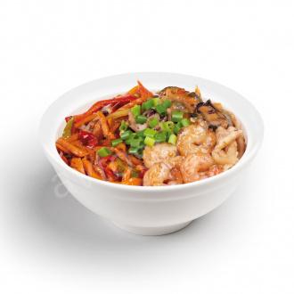 Гречневая лапша с морепродуктами и овощами