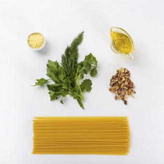 Спагетти с соусом песто из трав